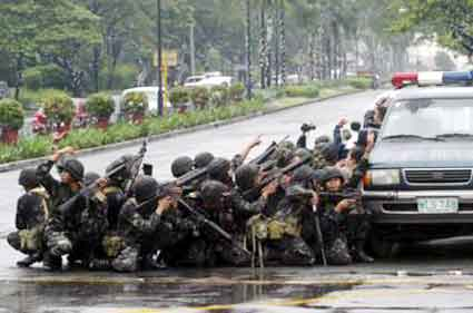 Photo of Filipino special forces taking cover behind a squad car.